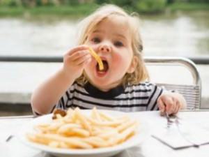 Причины нездорового пристрастия к еде у ребенка