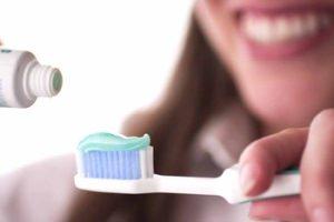 Резинка вредна для зубов, а щетка для поверхности языка