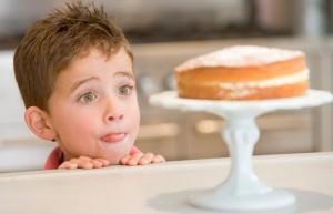 Можно ли давать ребенку сладкое?