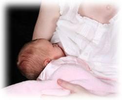 мама кормит грудью ребеночка