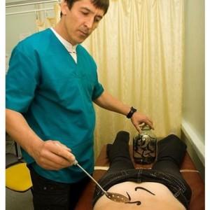 доктор устанавливает пиявки на спину пациента