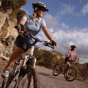 активныйх отдых, женщина на велосипеде в горах