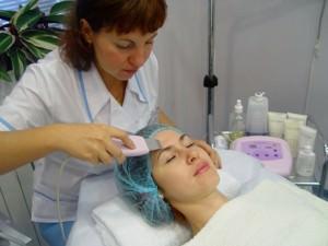 врач чистит лицо пациентке