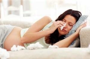 беременная плачет в кровати