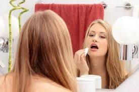 женщина увлажняет лицо