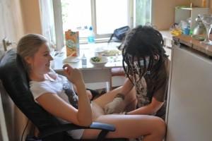 врач делает аборт девушке на кухне