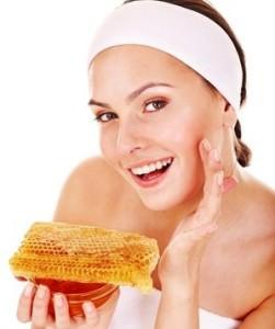 женщина наносит мед на кожу