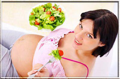 беременная лежит на фоне овощей