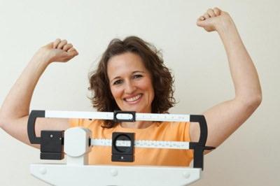 женщина радуется на весах