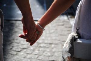 молодая пара держится за руки