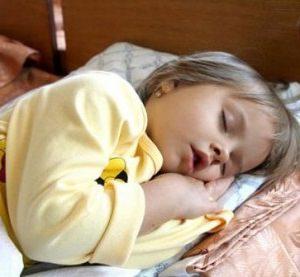спящая маленькая девочка