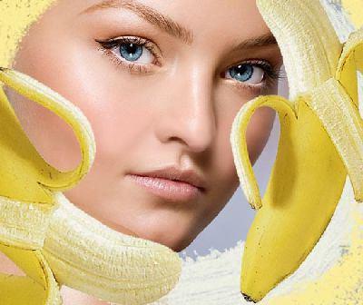 женщина на фоне бананов