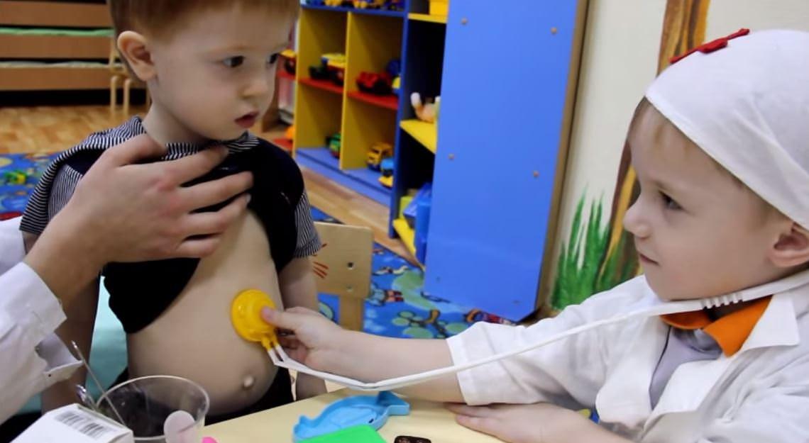 Детская ролевая игра в доктора