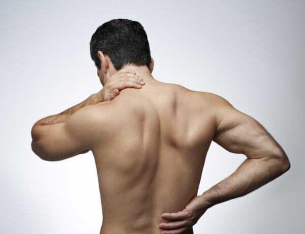 Мужчина не без; юолью во спине.