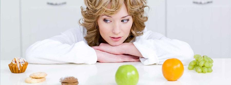 Женщина смотрит продукты питания.